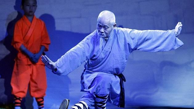Velkolepé představení umění mnichů z kláštera Shaolin.