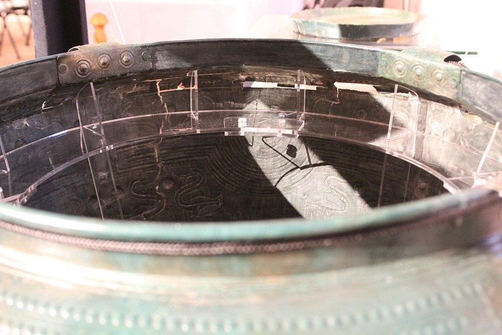 Východočeské muzeum v Pardubicích představilo senzační archeologický objev. Unikátní bronzové vědro z 9. století před Kristem. Sama nádoba je velmi vzácná, ale ukrývala i zajímavý obsah.
