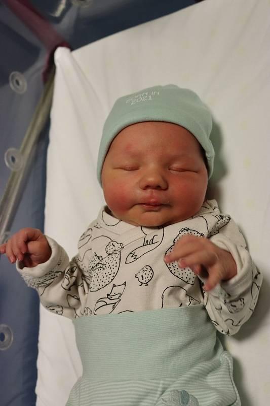 ADAM HOLANEC se narodil 22. září v 00.40 hodin. Měřil 51 cm a vážil 3280 g. Velmi potěšil své rodiče Kateřinu a Filipa Holancovy z Újezdu u Sezemic. Doma se těší třináctiletá sestřička Nelinka.