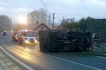Převrácený kamion v Bukovině trefil i rodinný dům
