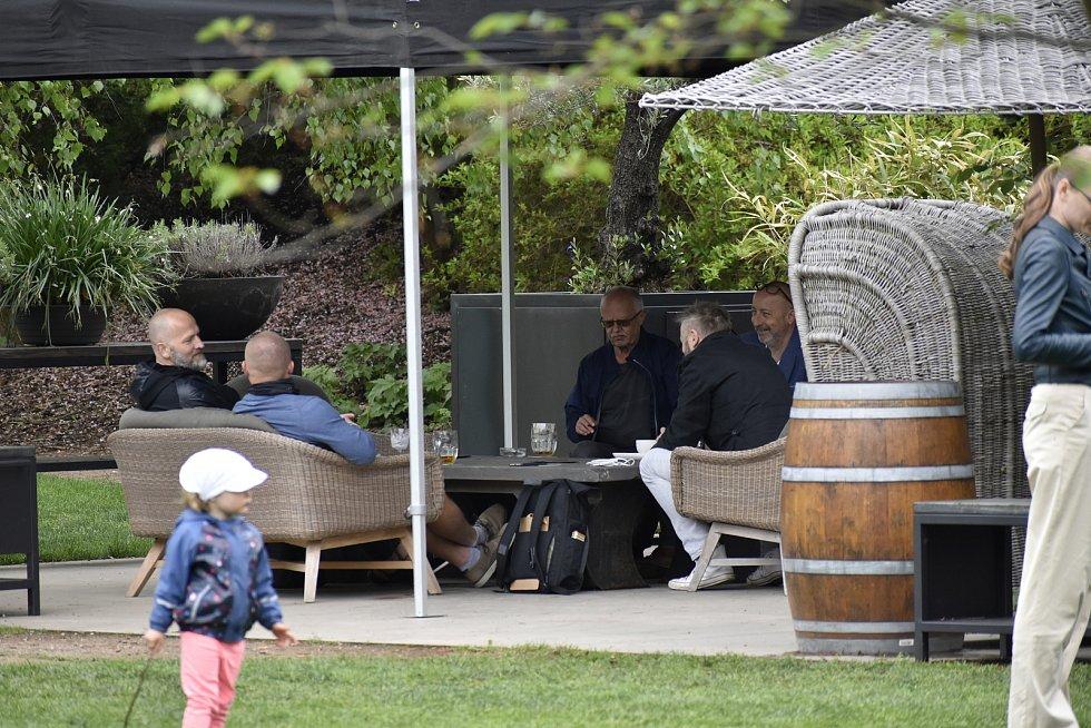 Mnozí Pardubáci si dopřáli kávu hned po obědě, a tak alespoň někteří kavárníci vítali více hostů.