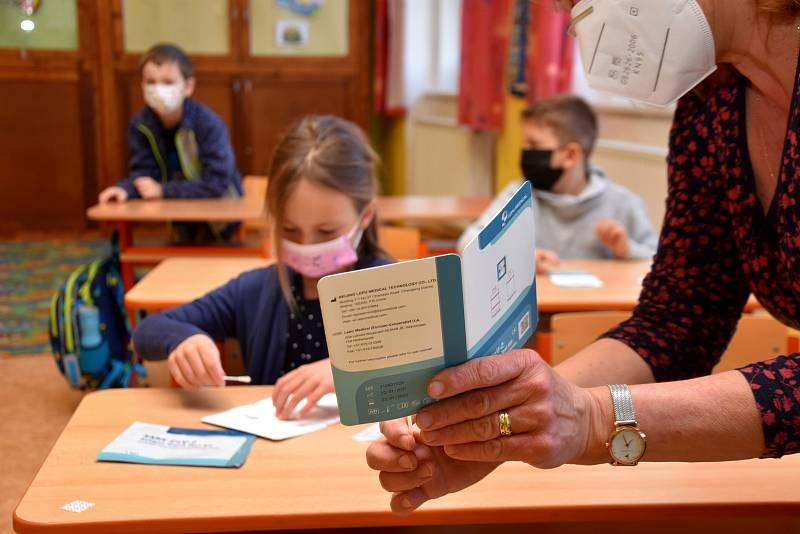 Testování dětí v Základní škole v Dolním Újezdu u Litomyšle bylo v klidu a před půl osmou ráno neměl ředitel školy Jan Sigl hlášený od žáků žádný pozitivní test.