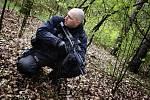 Policisté při propátrávání okolí Pohránovského rybníku museli počítat i s divočáky.