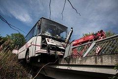 Autobus fotbalistek SK DFO Pardubice zůstal v Komárově viset z mostku. Nikomu se naštěstí nic nestalo.