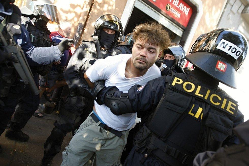 Pachatel, který na pardubické policisty házel cihly, se s nimi ke svému překvapení potkal ve chvíli, kdy se ukrýval v hospodě.