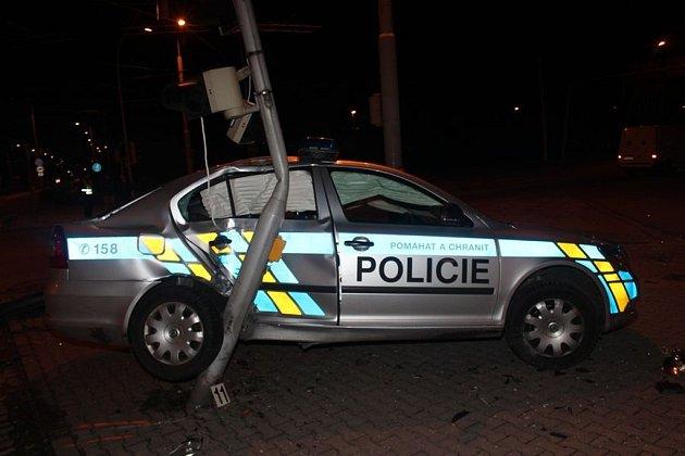 Řidič dodávky nedal v noci v křižovatce přednost policejnímu autu.