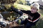 Šestnáctiletý zachránce. Jan Maisner ukazuje zahradní jezírko, ve kterém se málem utopil sedmnáctiměsíční Samuel.