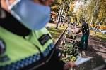 Zásah strážníků proti prodejcům věnců vyvolal vlnu kritiky