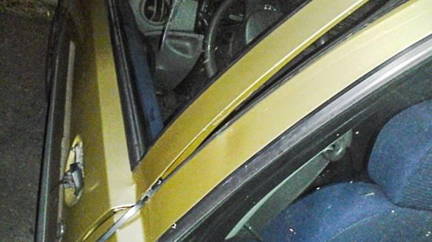 Jedno z poničených vozidel, které cizinec při svém řádění poškodil.