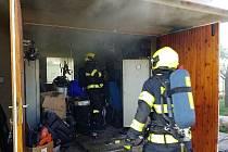Požár garáže likvidovaly v pondělí 9. srpna dopoledne tři jednotky hasičů ve Starém Mateřově.