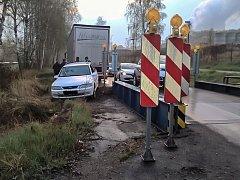 Mostek u Chvaletic je spolehlivá past na rychlejedoucí automobily.