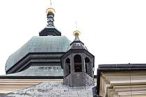 V Holicích visí dva opravené zvony. Jedná se o umíráček z roku 1930 v kostele sv. Martina (na hlavním snímku) a o blíže nedatovaný zvon ve hřbitovní kapli Nanebevzetí Panny Marie (bílá kaple na dalších snímcích ve fotogalerii).