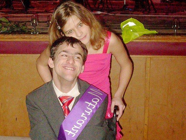 Maturant Martin Bandžuch (na snímku se sestrou) byl na svou maturitní zkoušku právem hrdý. Zvládl jíii s postižením.