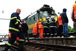 Vyšetřovatelé prohlížejí vraky lokomotivy a vagonu