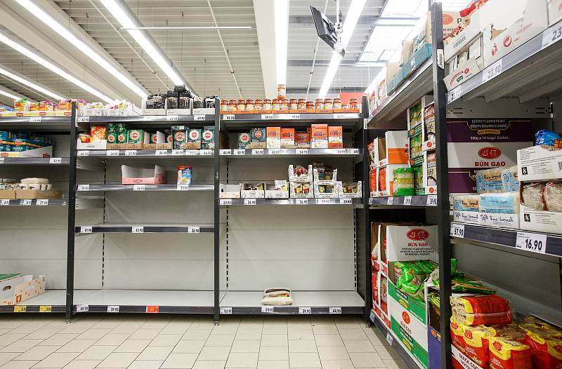Nákupní hysterie kvůli obavám z koronaviru ovládla především hypermarkety. Vykoupené jsou v nich často především konzervy, těstoviny nebo mouka, na dračku jdou i desinfekční prostředky.
