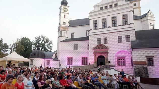 Folkový festival Pernštejnská Fortuna našel místo na nádvoří pardubického zámku