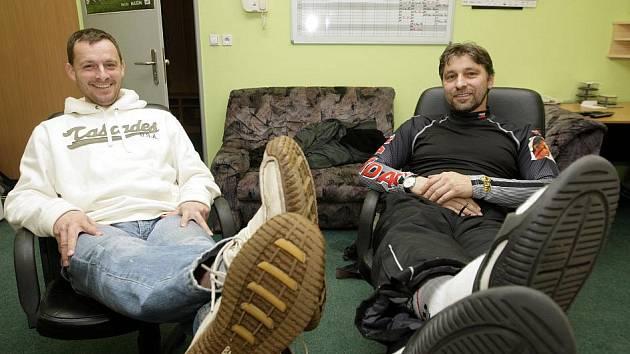 Trenér FK Pardubice Martin Svědík a trenér HC Eaton Pardubice Josef Jandač (vpravo)