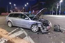 V neděli ráno křižovatku u Sukovy třídy a Masarykova náměstí v Pardubicích ochromila dopravní nehoda. Zasahovali hasiči, záchranka i městská policie. Kolem půl sedmé ráno se zde střetly dvě osobní vozidla