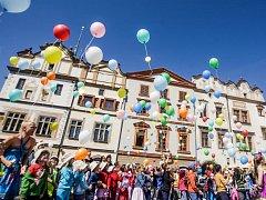 Zahájení festivalu Zrcadlo umění vypouštěním balonků na Pernštýnském náměstí v Pardubicích.