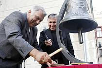Biskup Josef Kajnek zatlouká symbolické poslední hřebíky do tabulky, která bude umístěna na novém schodišti do pardubické zvonice. O jeho rekonstrukci se zasloužilo také Východočeské  divadlo v čele s jeho ředitelem Petrem Dohnalem (na sní