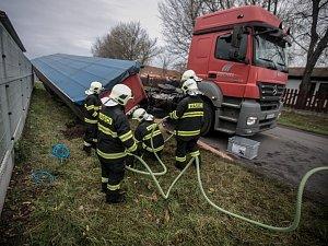 Kamion ztartil návěs se 7 tunami železa