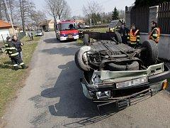 Řidič v Černé u Bohdanče nabral seniora na jízdním kole. Vezl jej na střeše sto metrů, pak narazil do zdi u dětského hřiště a auto převrátil na střechu.