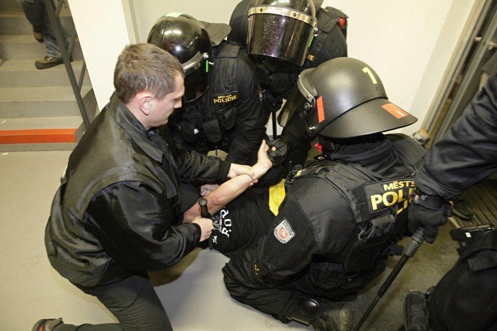 Derby Pardubic s Hradcem provázela řada drobných šarvátek. Policie nakonec zadržela celkem 7 osob. 5 z Pardubic, 2 z Hradce.