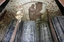 Rakve v hrobce rodiny Kašparových nenesou žádná označení