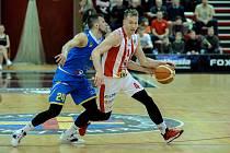 Basketbalové utkání Kooperativy NBL mezi BK JIP Pardubice (v červenobílém) a BK Opava (v modrém) v pardubické hale na Dašické.