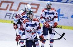 Hokejové utkání Tipsport extraligy v ledním hokeji mezi HC Dynamo Pardubice (červenobílém) a HC Oceláři Třinec ( v černém) v pardubické Tipsport areně.