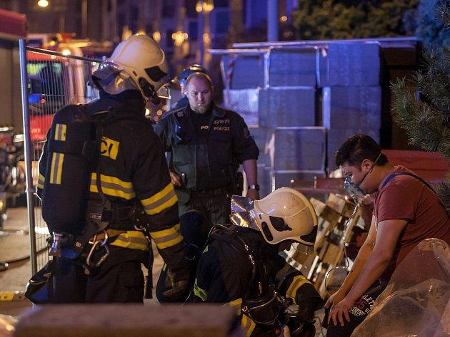 """Na Dašické ulici v Pardubicích sice """"jen"""" doutnalo jídlo, ale hasiči zachraňovali jeho obyvatele, který se nadýchal kouře."""