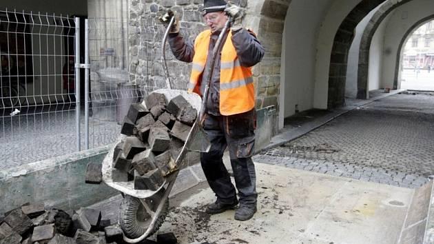 Rekonstrukce Zelené brány začala od dlažby