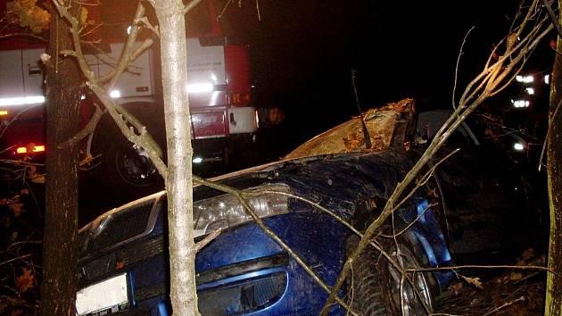 Auto po nehodě skončilo mimo silnici v lese. Jeho posádka ale ustála karambol jen s lehčími zraněními.
