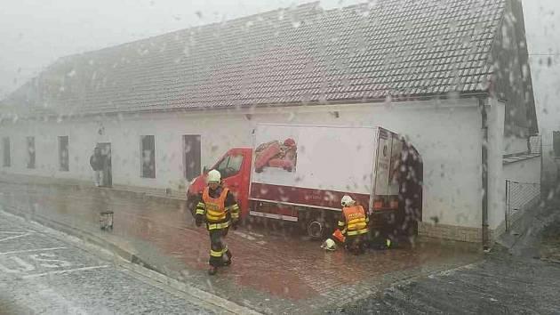 V Koclířově narazila dodávka do budovy hospody. Hasiči pomoci navijáku auto z vrat objektu vyprostili.