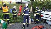 Úterní tragická dopravní nehoda u Chvojence. Řidič osobního vozu narazil do stromu, osudným se mu staly barely s naftou, které vezl.