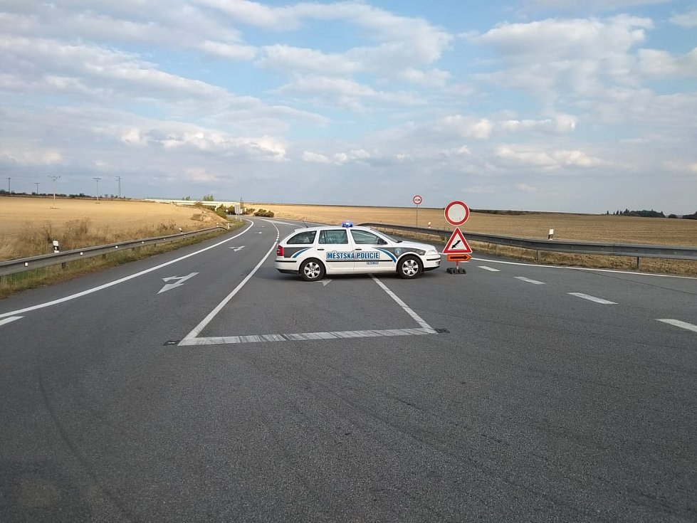 Policisté a strážníci odkláněli kvůli zablokované silnici dopravu.