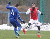 Tomáš Rada (v červenobílém) v sobotu nastoupil za FK Pardubice do přípravného utkání proti Otrokovicím.
