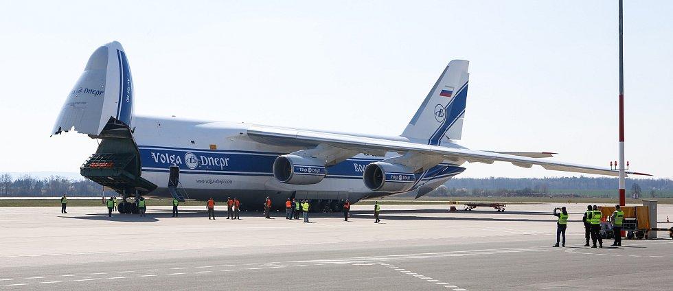 Na pardubickém letišti 1.4. přistál čtvrtý nákladní speciál Antonov An-124-100M Ruslan s dalším nákladem  zdravotnického materiálu a ochranných prostředků.