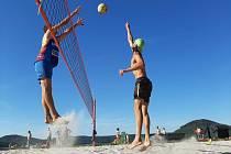Plážový volejbal se hraje za Gymnáziem Mozartova v Pardubicích