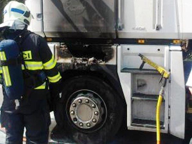Požár tahače měl způsobit odhozený nedopalek.