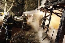Hasiči už mohli jen bránit rozšíření požáru na další objekty restaurace
