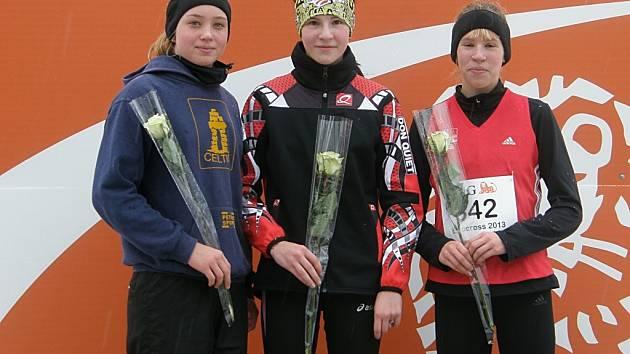 Radio Luxembourg hlásí, že Veronika Kupková (uprostřed) dala o sobě nahlas vědět i v zahraničí.  Vyhrála kros v Diekirchu.