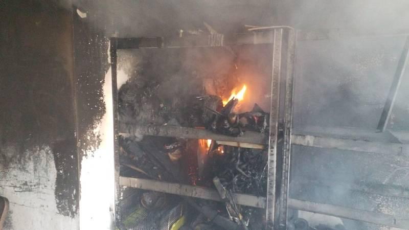 """Požár od hoverboardu. """"Slyšeli jsme ránu, bouchlo to a rozlétla se vrata garáže,"""" řekl k případu svědek celé události."""