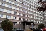 Panelový dům ve Valčíkově ulici žhář terorizuje už od středy 21. září.