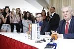 Miloš Zeman v Domě hudby v Pardubicích křtil a podepisoval knihu rozhovorů Tato země je naše.