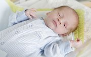 ADAM HAJNÝ se narodil 1. května ve 22 hodin a 19 minut. Měřil 43 centimetrů a vážil 2120 gramů. Rodiče Lucie a Tomáš bydlí v Opatovicích nad Labem a doma na bratra čeká sestřička Aneta (6 roků).