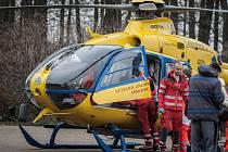 V pardubických polabinách přistával v pátek odpoledne vrtulník záchranné služby. Převážel na popáleninové centrum vážně popáleného ročního chlapce.