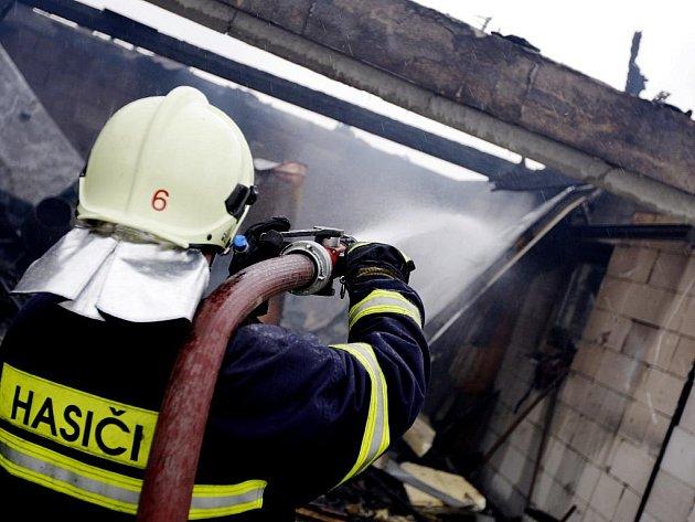Požár rodinného domu ve Starých Holicích celou novostavbu zničil. Na vině je pravděpodobně technická závada.
