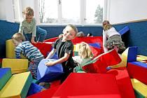 POMOC SENIORŮ je v mateřských školách vítaná.