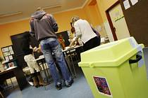 Sčítání hlasů ve volebním obvodu 72 na pardubickém sídlišti Višňovka